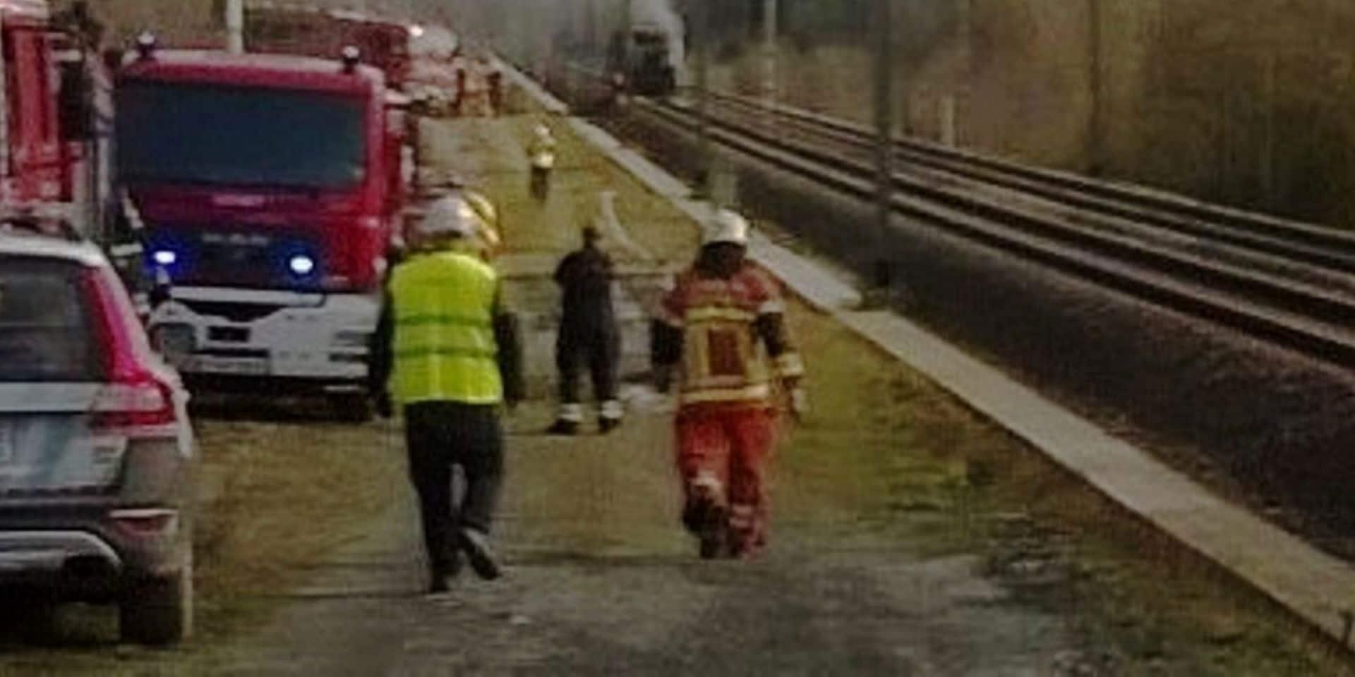 Florenville: un couple échappe à la mort après un délit de fuite en sortant miraculeusement de leur voiture avant le passage du train