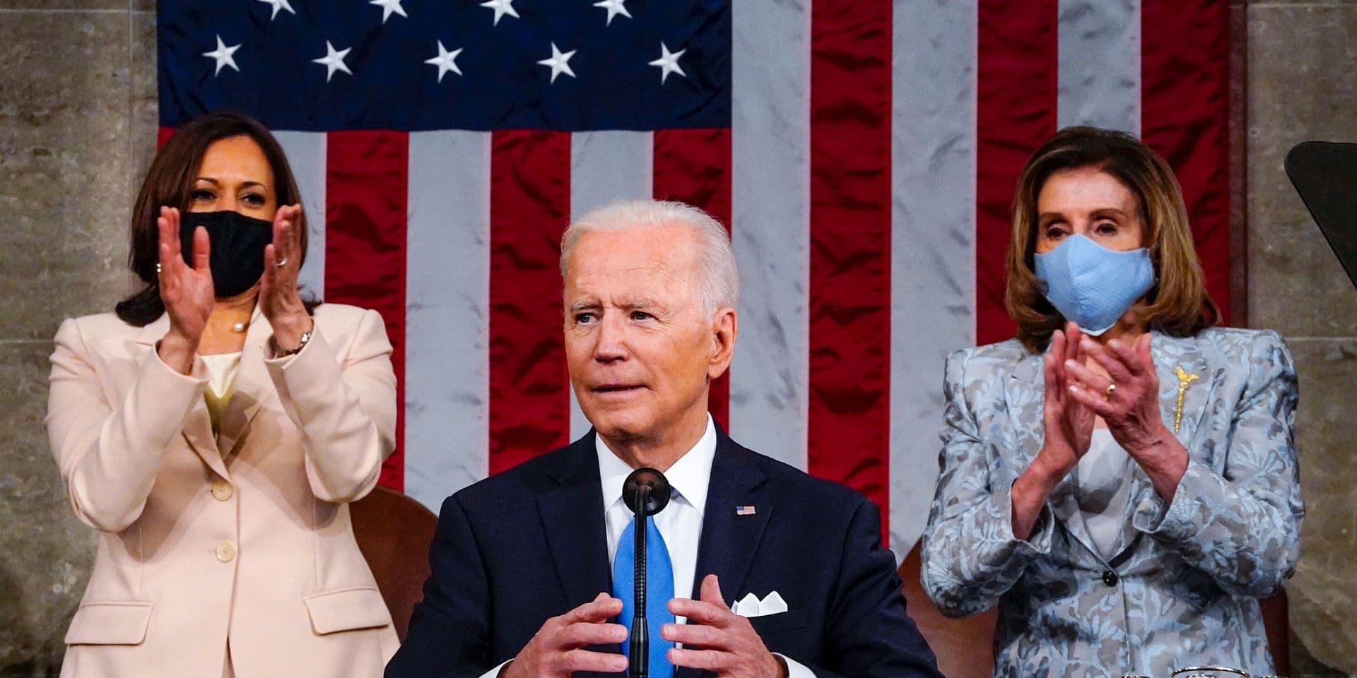 """Deux femmes derrière Biden pour son discours au Congrès, une première: """"Il était temps"""""""