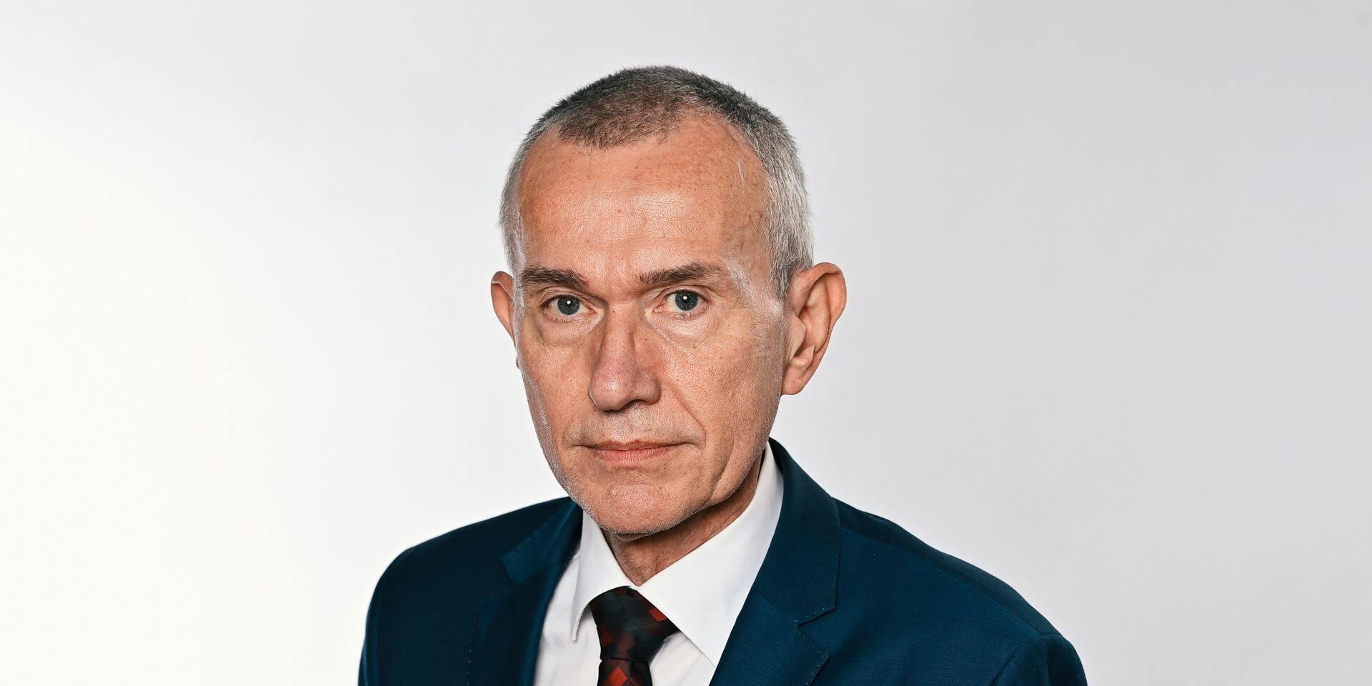 Coronavirus: le nouveau ministre de la Santé, inquiet, conseille de limiter les contacts à trois personnes