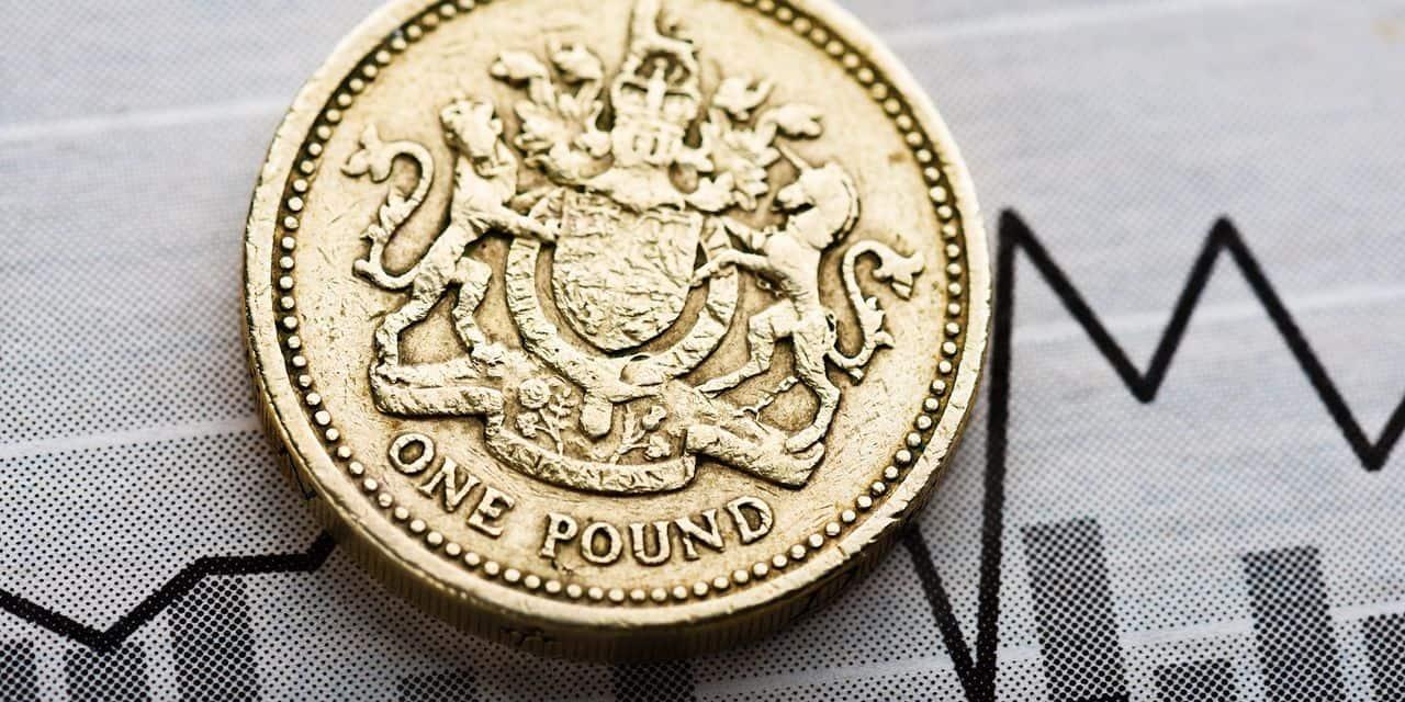 La livre sterling lâche 1% face au dollar, pénalisée par les craintes d'un Brexit sans accord