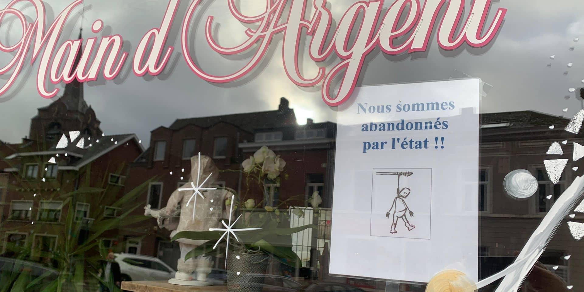 Sur certaines devantures de salons de coiffure ou de bars fermés apparaissent des dessins de bonshommes pendus ou d'autres signes de désespoir ou d'indignation.