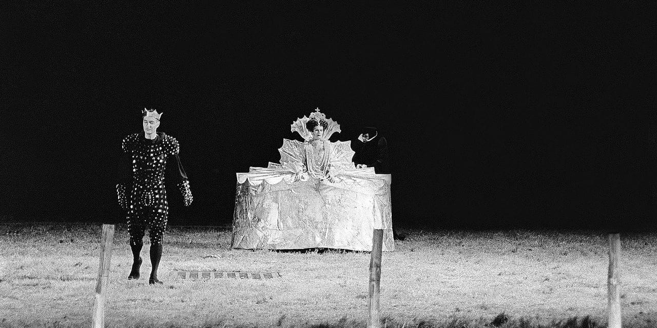 """Des comédiens jouent """"La tragédie de Macbeth"""" mise en scène par Jean-Pierre Vincent, le 07 juillet 1985 lors de l'ouverture du 39è festival d'art dramatique d'Avignon. AFP PHOTO PIERRE CIOT / AFP PHOTO / PIERRE CIOT"""