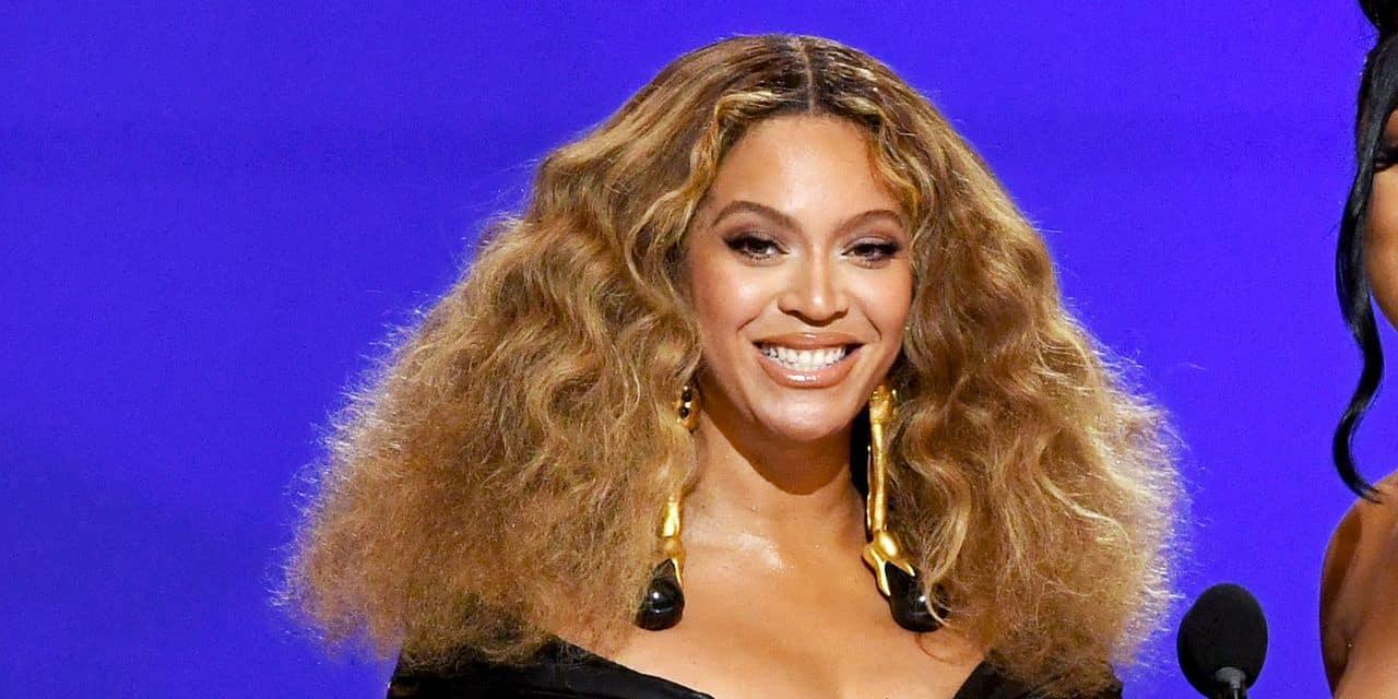 """Avec quatre nouveaux trophées aux Grammy Awards, """"Queen B"""" est entrée dans l'histoire"""