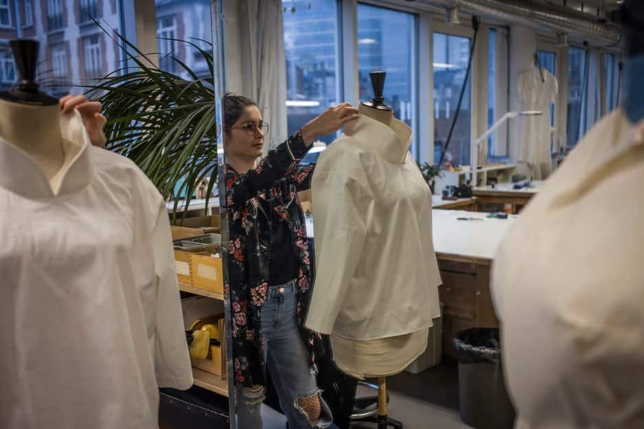 Nathalie travaille depuis 6 ans à l'Atelier Costumes, là, elle oeuvre aux premiers essais de la pièce