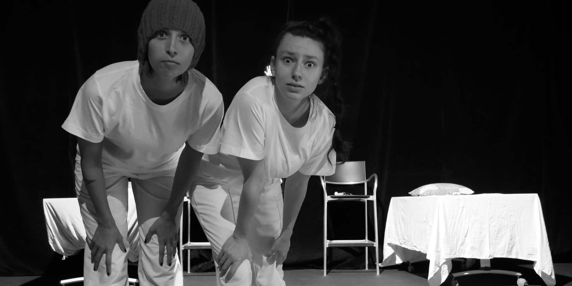 """Lola Delcorps et Mathilde Geslin dans leur première pièce """"Blaireaux Belettes""""."""