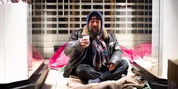 Sortir durablement les personnes sans-abri de la rue doit rester une priorité