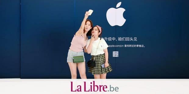 Women pose for a selfie in front of an Apple Store undergoing renovation at a mall in Beijing on August 16, 2018. (Photo by WANG ZHAO / AFP)