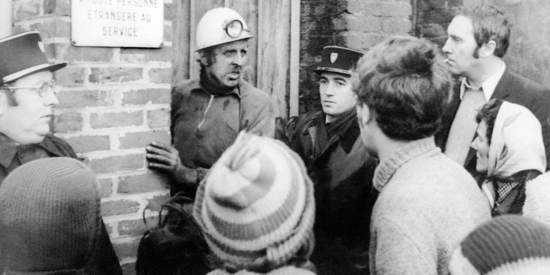 Photo prise le 27 décembre 1974 devant la mine de Liévin, du mineur Mr Cuvelette (fond, 2eG), chef d'exploitation de la mine, parlant aux familles, après le coup de grisou survenu dans la fosse Saint-Amé. La catastrophe, la plus meurtrière de l'histoire de la mine de Liévin a fait 42 morts. AFP PHOTO / AFP PHOTO