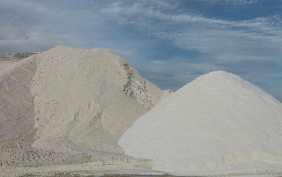 120 litres d'eau de mer sont nécessaires pour produire 30 litres d'eau saturée, à raison de 280 grammes de sel par litre saturé.
