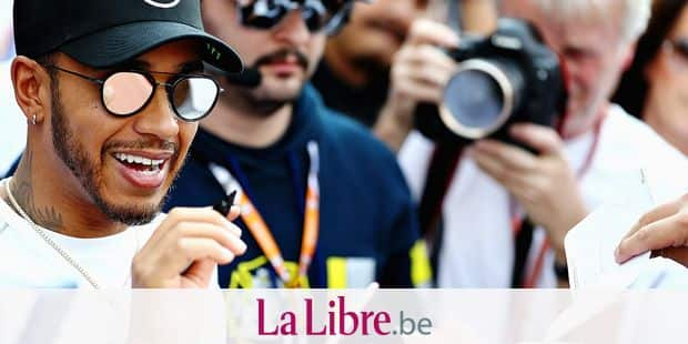 MEXICO CITY, MEXICO - OCTOBER 25: Lewis Hamilton of Great Britain and Mercedes GP signs autographs for fans in the Pitlane during previews ahead of the Formula One Grand Prix of Mexico at Autodromo Hermanos Rodriguez on October 25, 2018 in Mexico City, Mexico. Mark Thompson/Getty Images/AFP == FOR NEWSPAPERS, INTERNET, TELCOS & TELEVISION USE ONLY ==