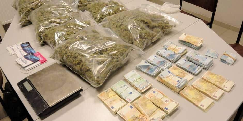 Coupons l'herbe sous le pied du trafic en légalisant et en organisant la distribution contrôlée de stupéfiants