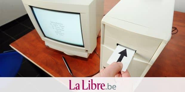 BELGIQUE, FRASNES, 20100603, VOTE ELECTRONIQUE. EN PREPARATION DES ELECTIONS DU 13 JUIN LA COMMUNE DE FRASNES METS ˆ DISPOSITION UN SYSTEME DE VOTE ELECTRONIQUE POUR PERMETTRE AUX CITOYENS DE LE TESTER. PHOTO CORALIE CARDON