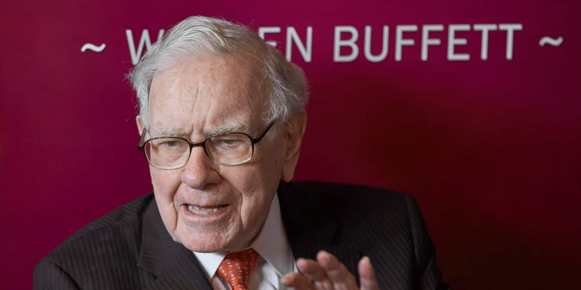 Warren Buffett assis sur une montagne de 128 milliards de dollars cash