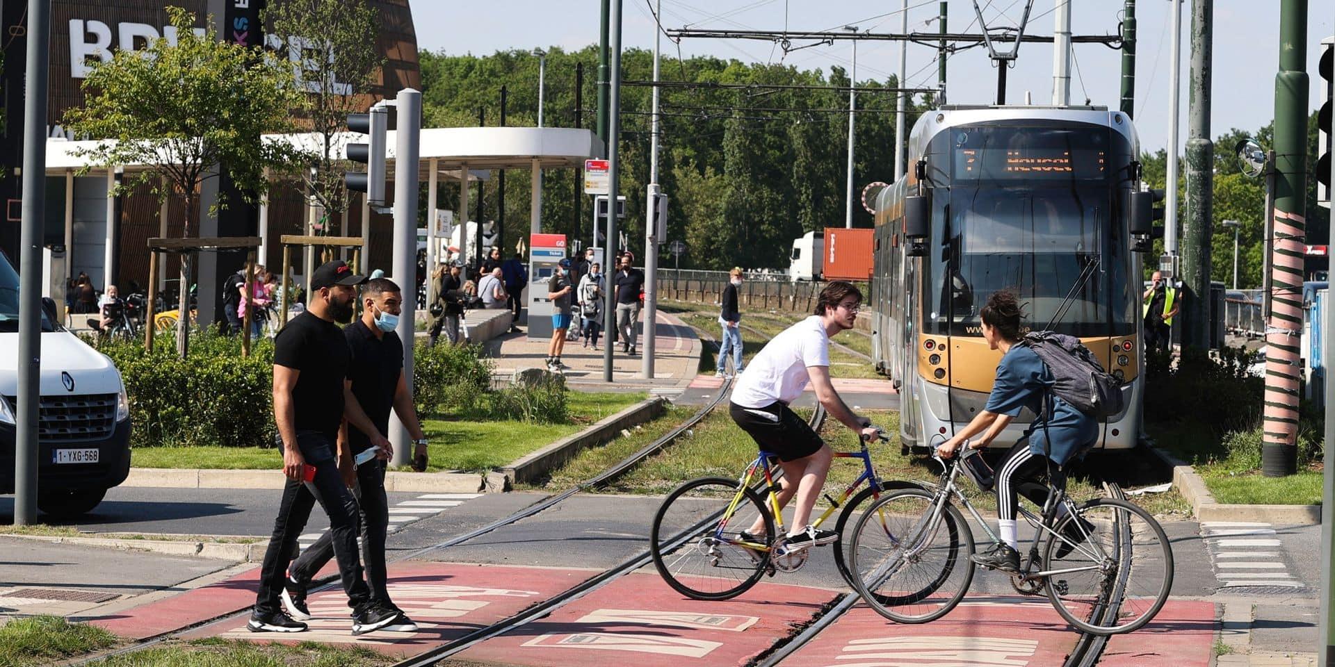 """A l'arrêt Docks, suite à l'accident entre une trottinette et un tram : """"Je pense qu'il faudrait mettre des barrières comme la SNCB"""""""