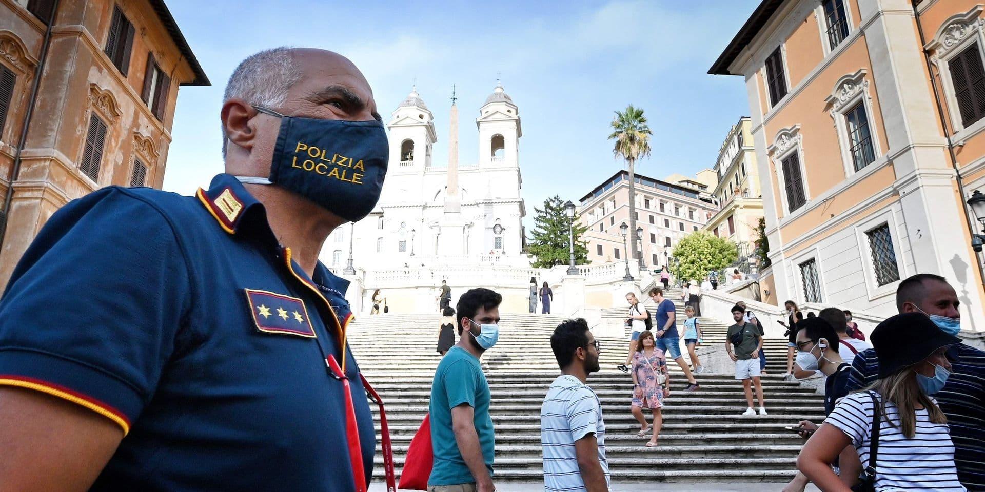 """En Italie, le coronavirus voyage avec les vacanciers : """"L'épidémie est maintenant répandue dans tout le pays avec des centaines de foyers"""""""