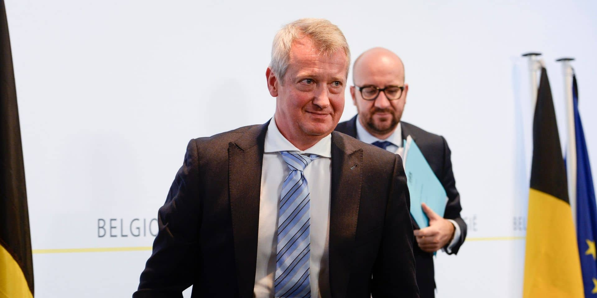 Miguel De Bruycker, le directeur du Centre pour la cybersécurité Belgique, précède le pas à l'ex-Premier ministre, Charles Michel.