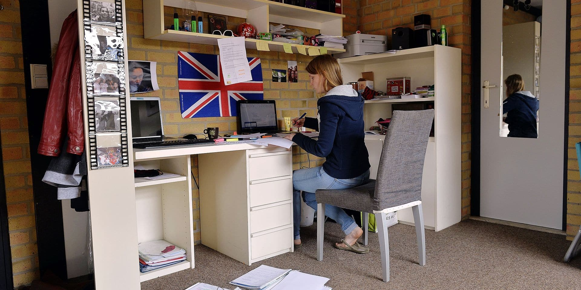 20150408 - BRUSSELS, BELGIUM: Illustration picture shows a student studying in a student's room in Woluwe-Saint-Lambert - Sint-Lambrechts-Woluwe, Brussels Wednesday 08 April 2015. BELGA PHOTO ERIC LALMAND
