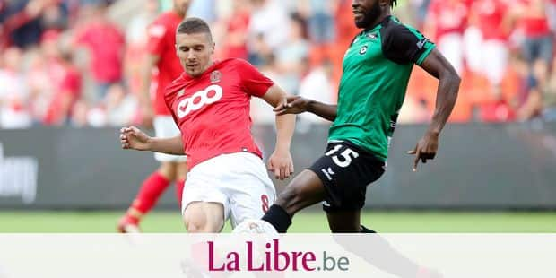 Standard's Gojko Cimirot and Cercle's Johanna Omolo fight for the ball during the Jupiler Pro League match between Standard de Liege and Cercle Brugge, in Liege, Saturday 11 August 2018, on the third day of the Jupiler Pro League, the Belgian soccer championship season 2018-2019. BELGA PHOTO BRUNO FAHY