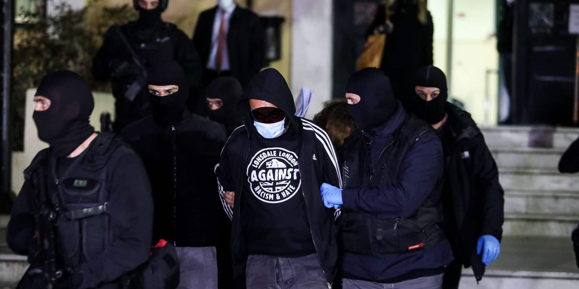 Athen - Nach Angaben der Polizei spielten vier Gruppen von Hooligans eine gewichtige Rolle bei den Zusammenstößen von D