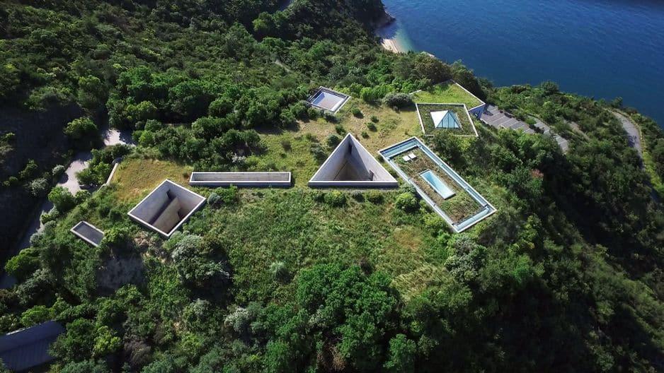 Parmi les sept édifices conçus jusqu'ici sur Naoshima par Tadao Ando, le musée d'art de Chichu est un enchevêtrement de salles géométriques, invisibles du sol. On y accède par des coursives enfouies, qui forment un parcours spirituel. Chaque salle a été conçue spécifiquement en fonction des oeuvres, parfois avec les artistes eux-mêmes.