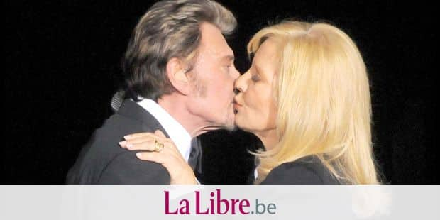 Laeticia Hallyday se recueille sur la tombe de Johnny à Saint Barth