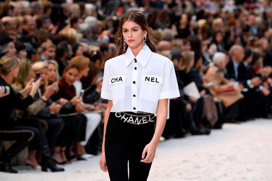 Kaia Gerber porte une chemise oversized signée... Chanel !