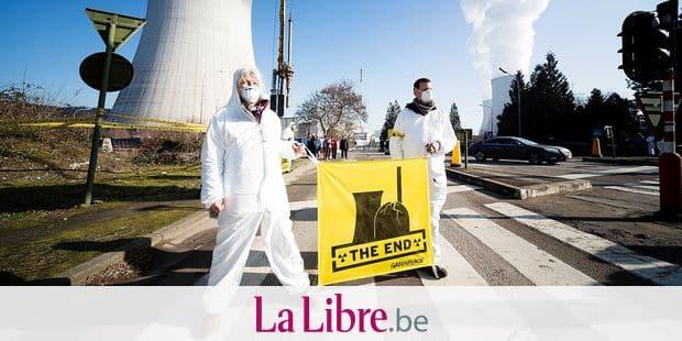 Tihange . Manifestation de Greenpeace à la centrale nucléaire de Tihange, à l'occasion de l'anniversaire de Fukushima .