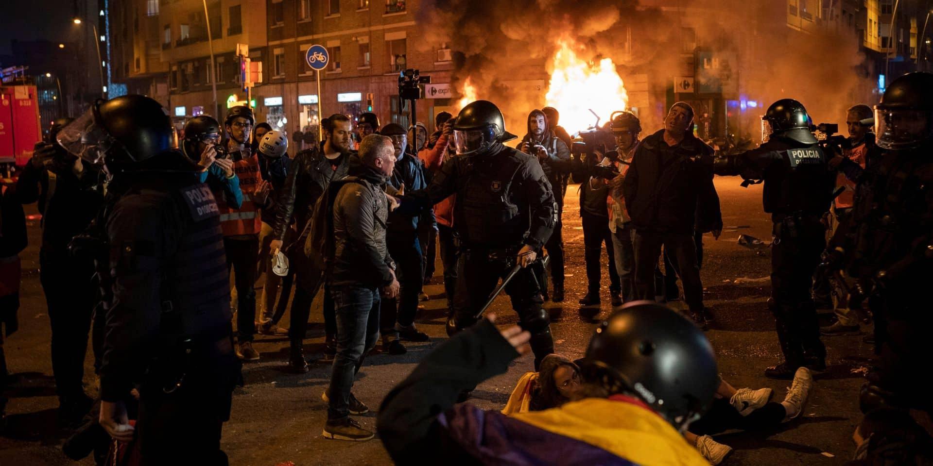 """Barcelone ciblée par des manifestations: un clasico contre le Real à """"haut risque"""", la police charge des indépendantistes qui enflamment une barricade"""