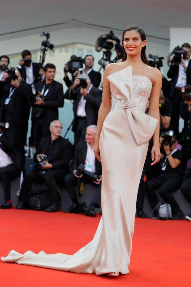 La mannequin Sampaio est apparue dans une robe longue munie d'un noeud aussi imposant qu'élégant.