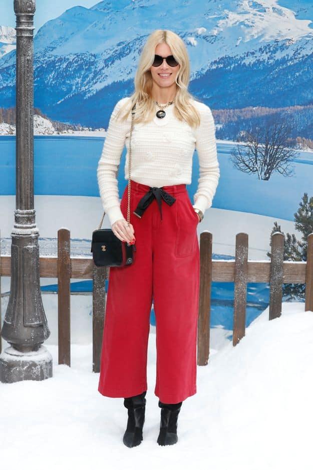 Claudia Schiffer, l'une des mannequins préférées de Karl Lagerfeld, s'est parée de rouge et blanc ce mardi.