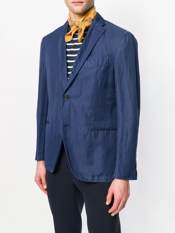 Un foulard pour anticiper la tendance. Hermès via                                                 Farfetch Vintage.                                                    374 euros