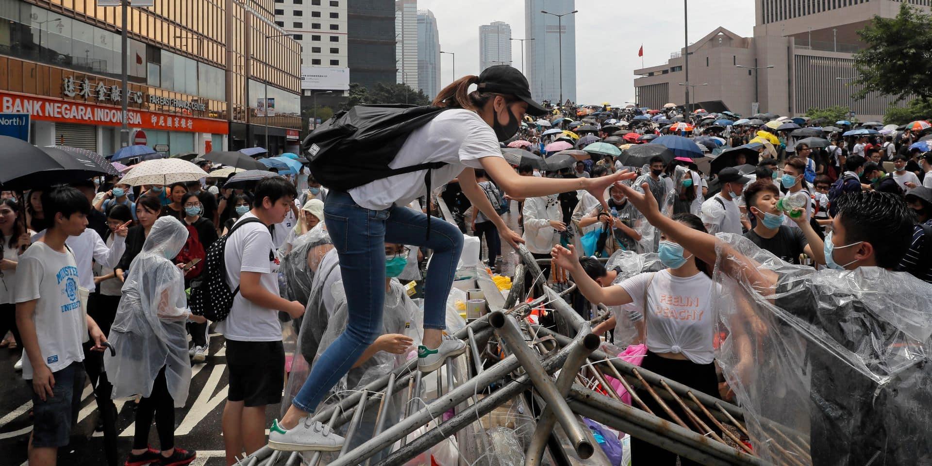 Hong Kong: des affrontements éclatent alors que des manifestants tentent d'atteindre le Parlement