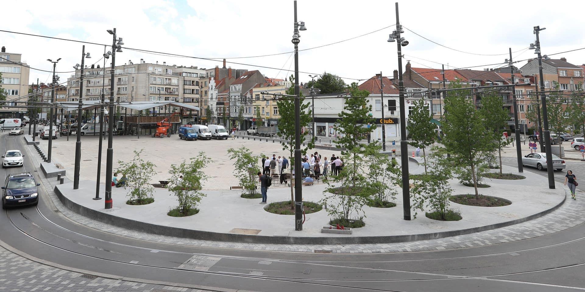 """La métamorphose de la place Dumon fait d'ailleurs partie d'une politique régionale qui vise à supprimer les """"places-parkings"""" à Bruxelles. La Région a ainsi co-financé cette rénovation à hauteur de 3,5 millions d'euros. """"Qui peut encore aujourd'hui imaginer une place Flagey avec des voitures?"""", demande Pascal Smet. """"Les places doivent être des lieux conviviaux. Elles doivent être rendues aux riverains"""", ajoute le ministre bruxellois des Travaux publics. La prochaine étape? La place du Miroir à Jette. Et ensuite, espère Pascal Smet, """"Schuman et Toison d'Or""""."""