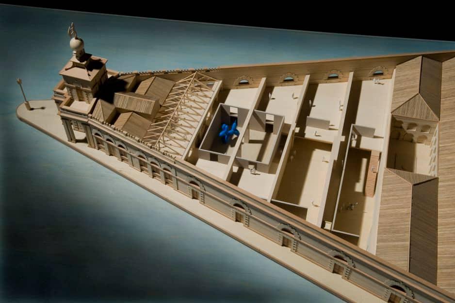 Tadao Ando a travaillé à plusieurs reprises sur des bâtiments historiques, comme la Punta della Dogana, à Venise. Il en a conservé et restauré les murs extérieurs, se contentant d'ajouter des structures de béton à l'intérieur, qui forment les espaces d'exposition. La démarche met en valeur l'ancien par l'ajout d'éléments radicalement neufs qui le font revivre.