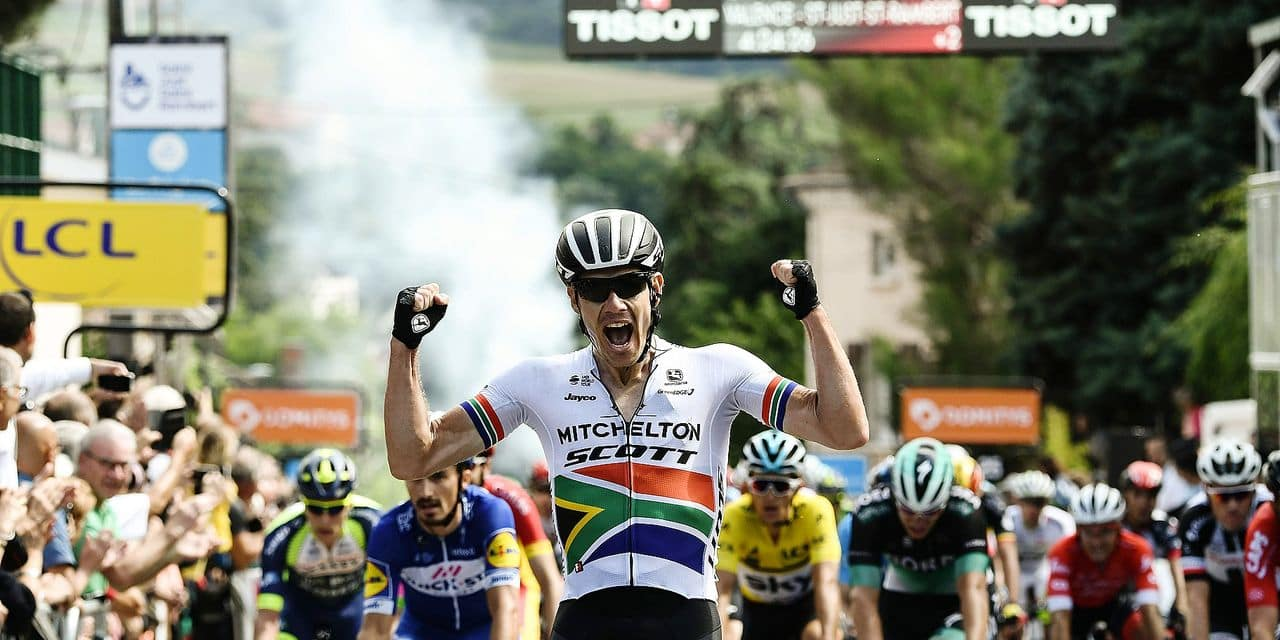 TOPSHOT - South Africa's Daryl Impey celebrates as he crosses the finish line to win the first stage of the 70th edition of the Criterium du Dauphine cycling race between Valence and Saint-Just-Saint-Rambert, southeastern France, on June 4, 2018. / AFP PHOTO / Philippe LOPEZ
