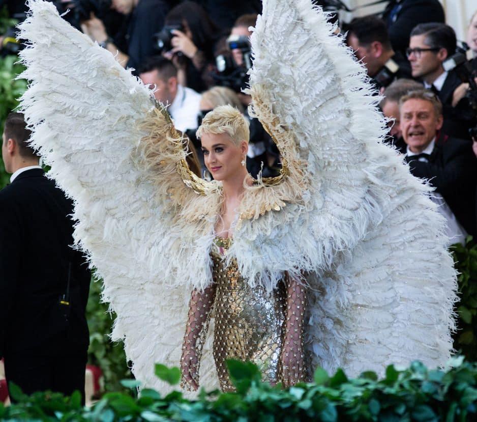Katy Perry, un ange et une véritable machinerie ! Elle ne pouvais pas s'assoir.