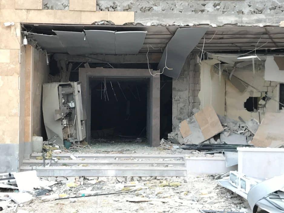 Entrée d'une maternité en construction tout près de l'hôpital de Stepanakert. Une bombe est tombée au milieu du complexe hospitalier, heureusement sans faire de victimes.