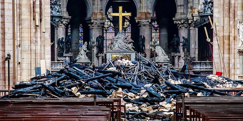 TOPSHOT - This general view shows debris inside the Notre-Dame-de Paris Cathedral in Paris on April 16, 2019, a day after a fire that devastated the building in the centre of the French capital. - Pledges from French billionaires, businesses and the public sector to help rebuild Notre-Dame cathedral have reached nearly 700 million euros (790 million dollars) amid an outpouring of public support for one of Europe's most iconic monuments. (Photo by Christophe PETIT TESSON / POOL / AFP)