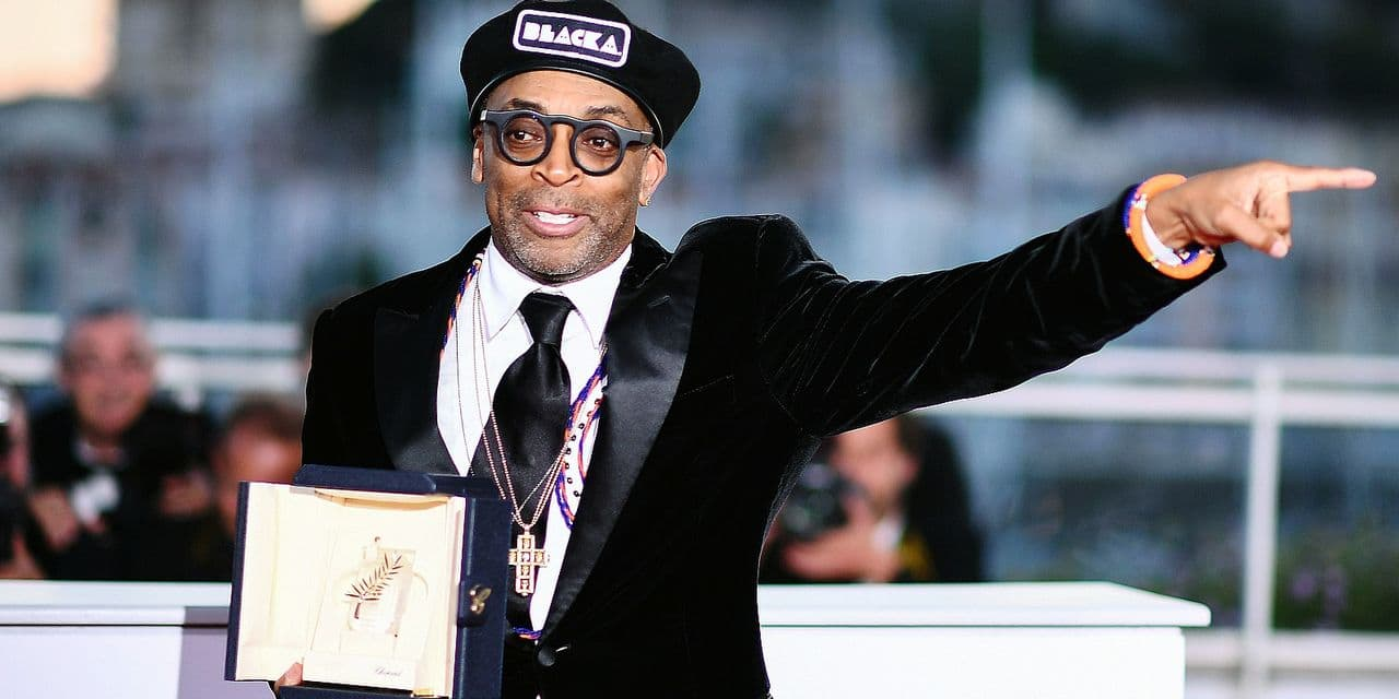 """TOPSHOT - US director Spike Lee poses with his trophy on May 19, 2018 during a photocall after he won the Grand Prix for the film """"BlacKkKlansman"""" at the 71st edition of the Cannes Film Festival in Cannes, southern France. / AFP PHOTO / Anne-Christine POUJOULAT"""