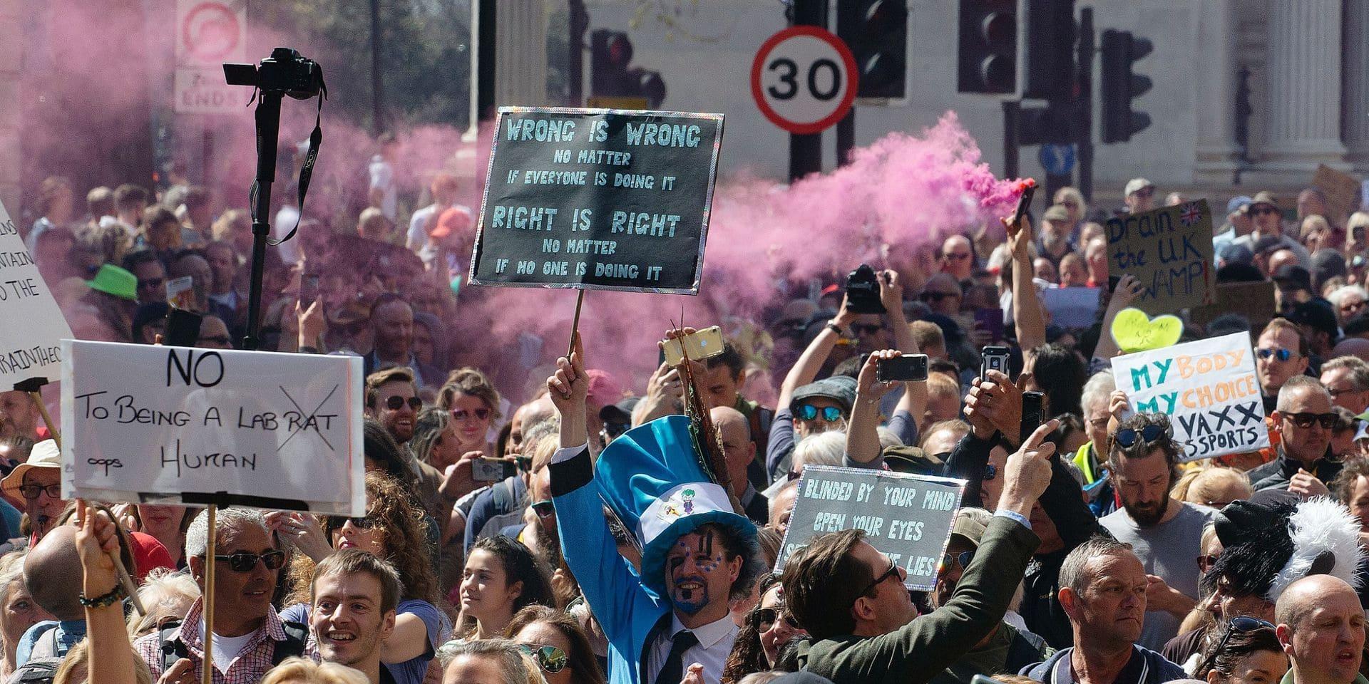"""Qui sont ces milliers de manifestants """"anti-vaccin"""" qui se sont donné rendez-vous à Bruxelles?"""