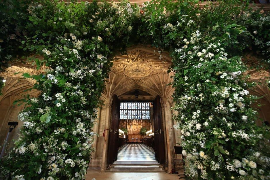 La chapelle du château de Windsor a été décorée de belles fleurs blanches.