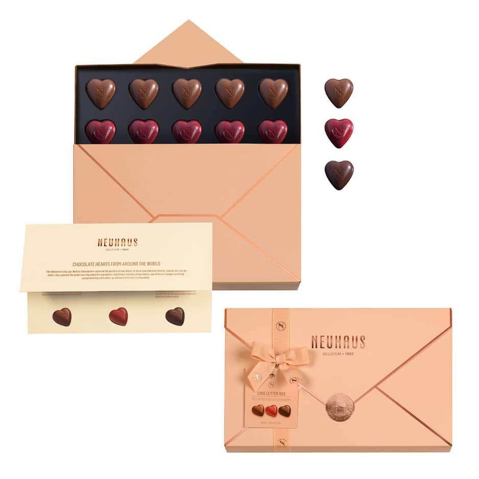 Des chocolats à dévorer ensemble, évidemment.           Neuhaus, Boîte Lettre Amour (15 pralines).                23 euros