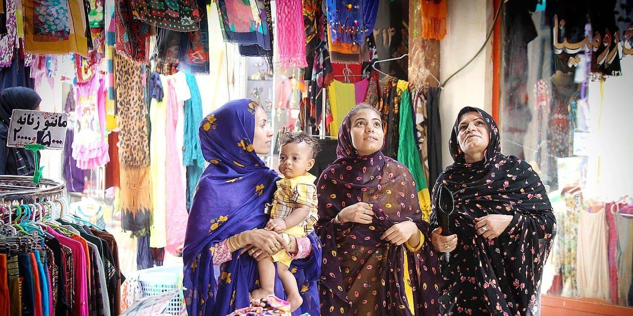 (140921) -- QESHM ISLAND, Sept. 21, 2014 () -- Iranian women do their shopping at an old bazaar in Qeshm Island, south Iran, on Sept. 19, 2014. (/Ahmad Halabisaz) Reporters / Photoshot