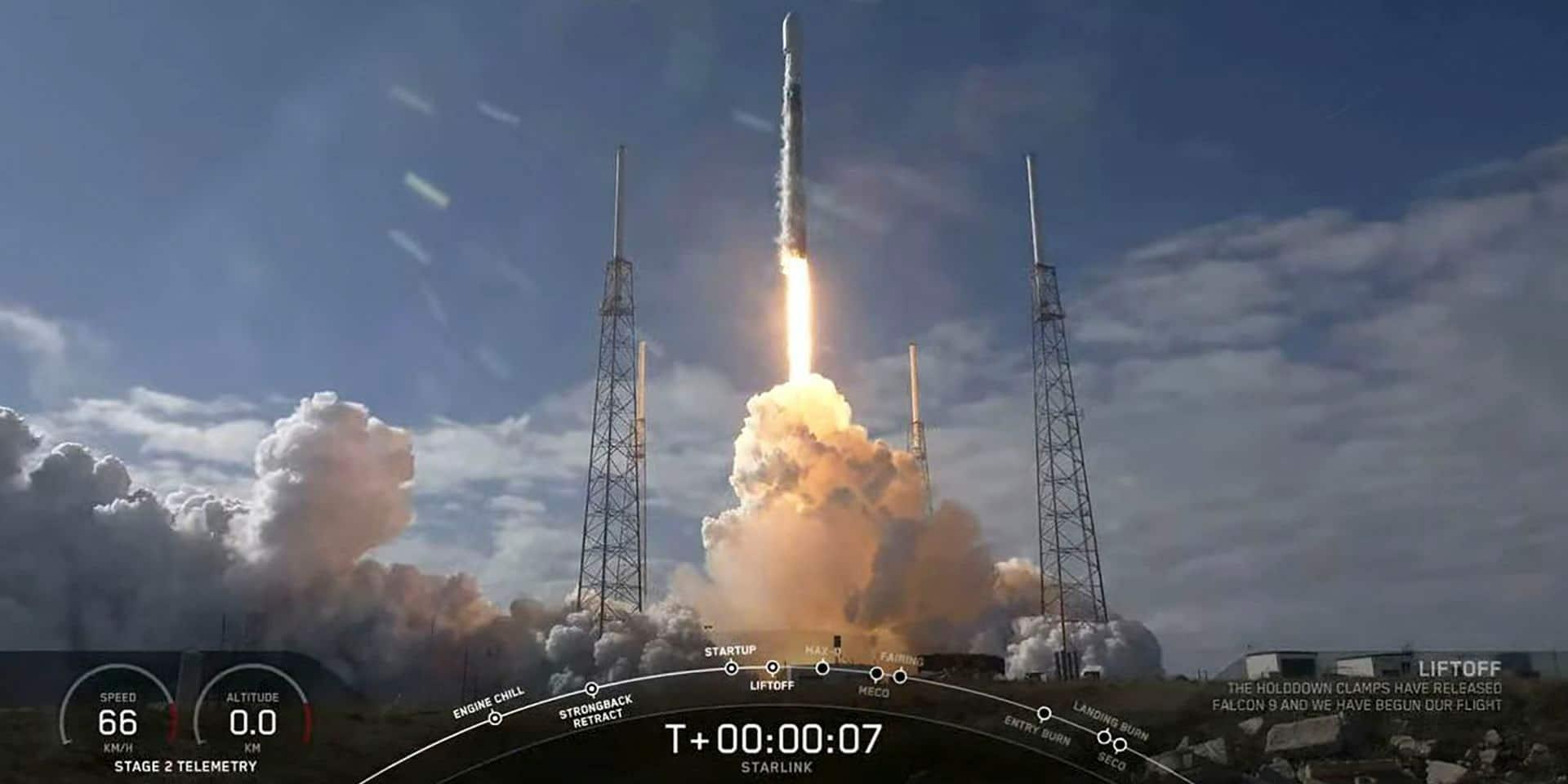 Cette image fournie par SpaceX montre une fusée Falcon 9 alors qu'elle décolle pour lancer 60 nouveaux satellites Starlink en orbite depuis la station de Cap Canaveral Air Force, en Floride, le 17 février 2020. Mais l'atterrissage a été manqué.