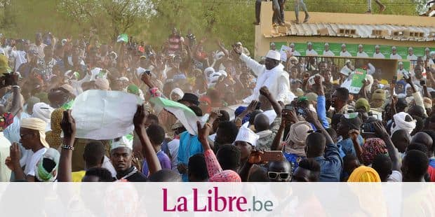 Malian opposition presidential candidate Soumaila Cisse (C) meets supporters as he arrives in Gao for an election campaign rally on July 24, 2018. / AFP PHOTO / Souleymane Ag Anara