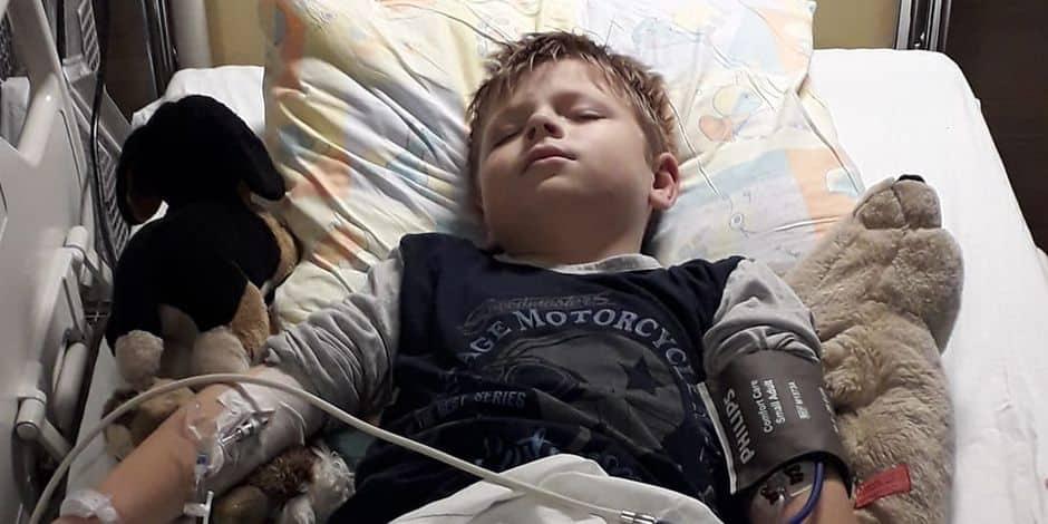 """Le père d'un enfant touché durement par le coronavirus témoigne : """"Que celui qui pense que le coronavirus est une belle foutaise vienne voir mon pauvre petit garçon"""""""