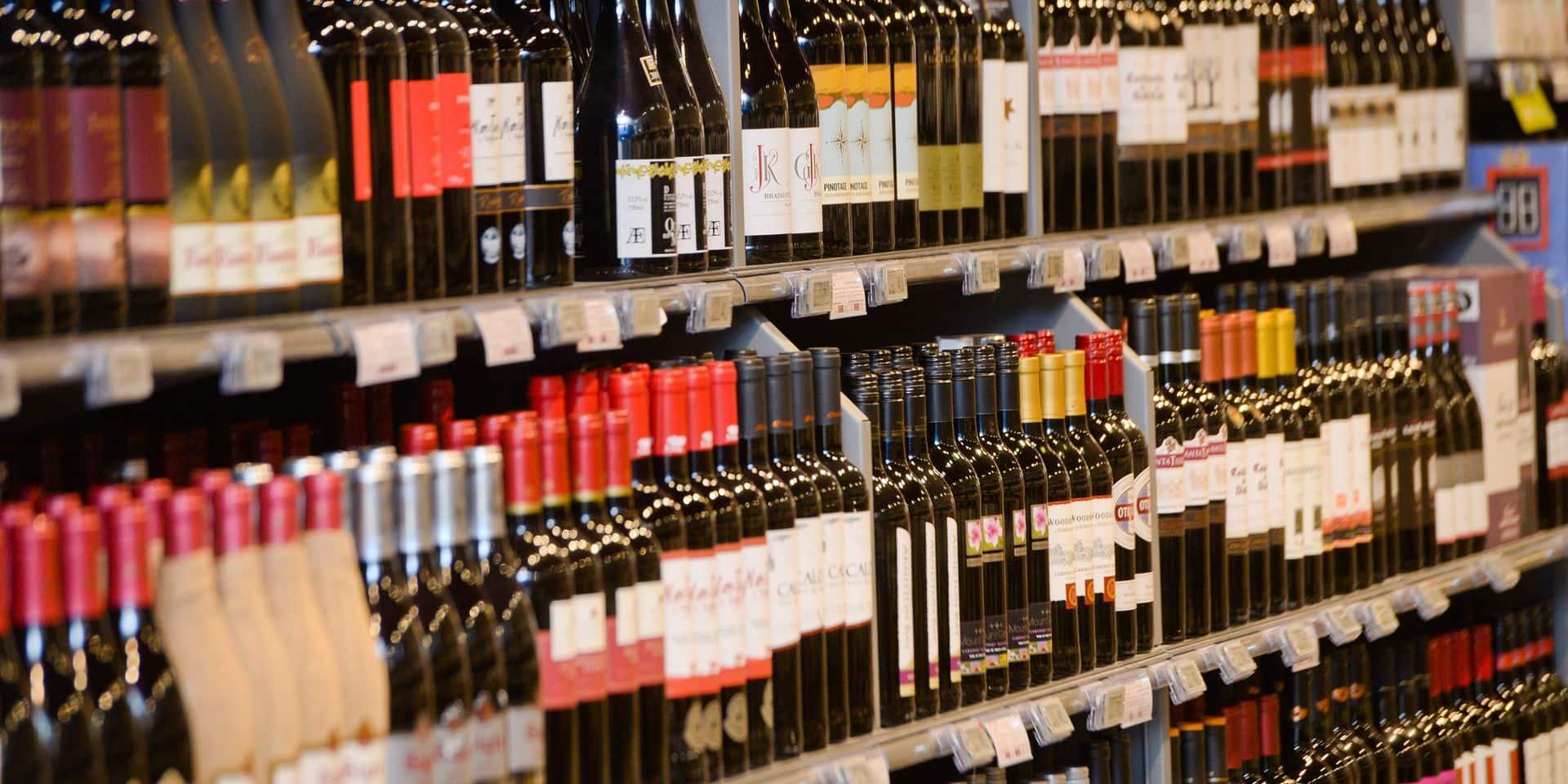 """Les Belges adorent toujours le vin. Le Belge est amateur de vin et compte le rester, selon une enquête menée par le groupe Delhaize.... Rouge d'abord, blanc ensuite, et rosé l'été. C'est sûr, on va discuter de vins dans les semaines qui viennent. Car à l'instar du Beaujolais qui """"renaît"""" chaque mois de novembre, les Foires aux vins sont de retour avec la rentrée."""