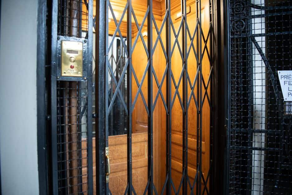 Rue Alphonse Renard, l'ascenseur est grandiose, intégé à l'architecture intérieure.