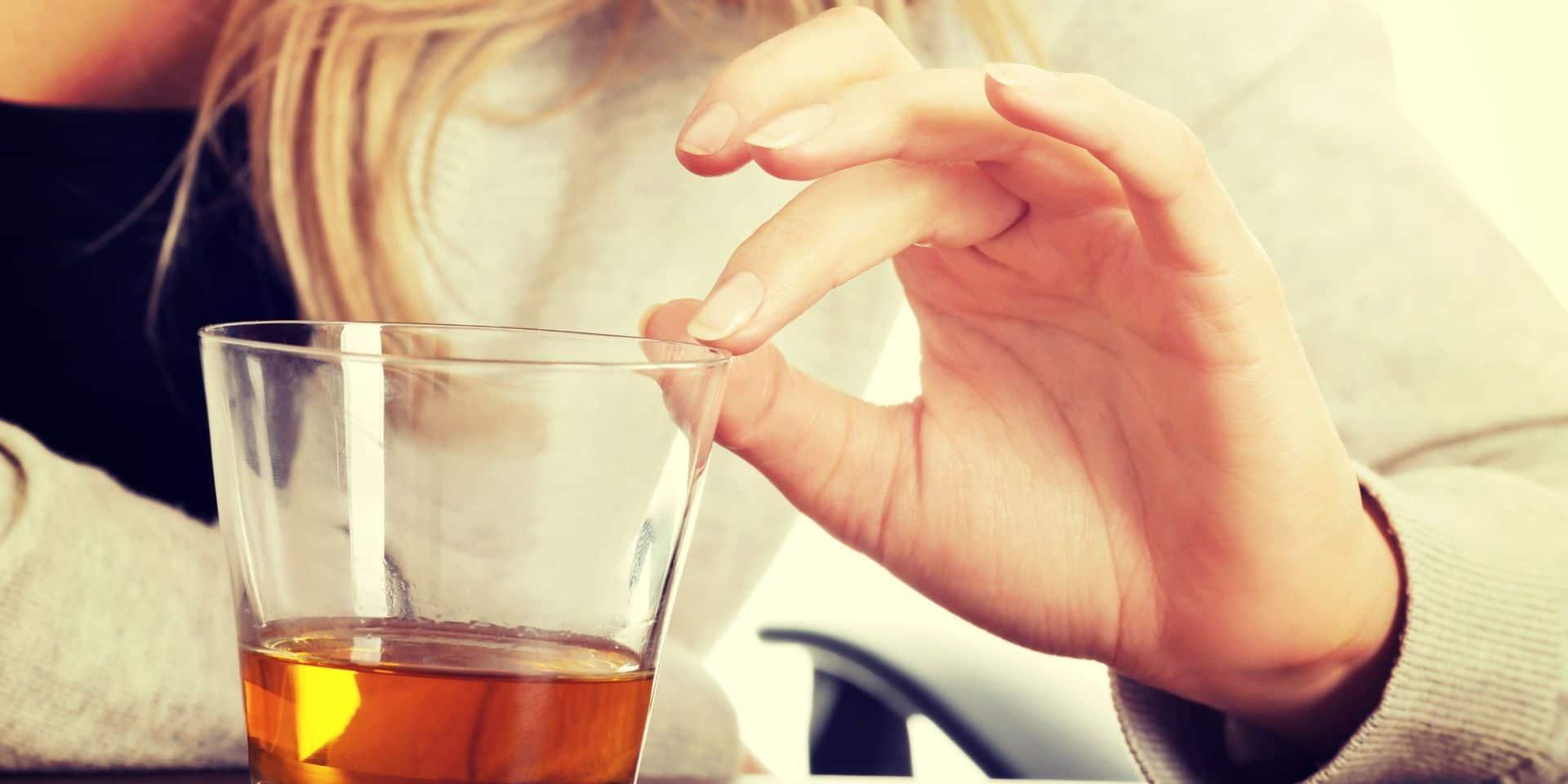 """Consommation d'alcool: """"Si je devais passer par un cliché, la femme boit plutôt seule et en cachette et l'homme avec ses copains et en faisant la fête"""""""
