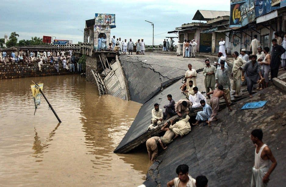 Le 5 aoû 2006, un pont s'effondre à Madran, au Pakistan
